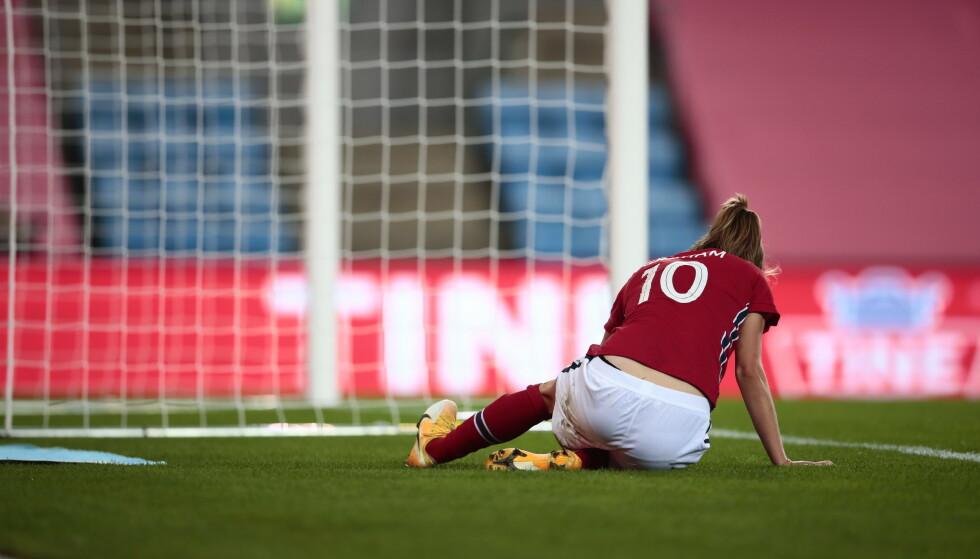 REIS DERE, JENTER: Caroline Graham Hansen var Norges klar beste spiller, men fikk seg en smell og måtte gå av banen etter 71 minutter mot Wales på Ullevaal i september. Fotballjentene følte media var i overkant kritiske etter 1-0 seieren. Det har de ingen grunn til. Foto: Jil Yngland / NTB