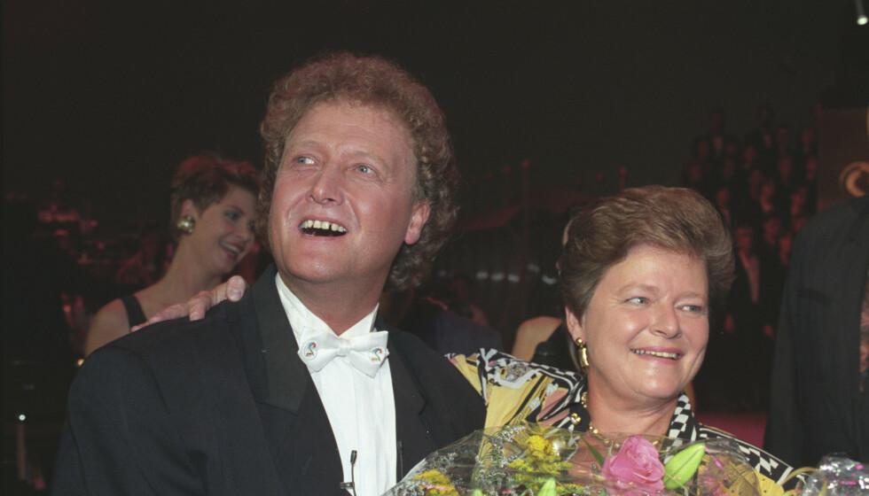 DAN BØRGE OG GRO: 1,7 millioner seerer fulgte sendingen fra Grieghallen 5. september 1992 da TV 2 ble offisielt åpnet. Her er programlederen og statsministeren. Kongeparet deltok på link fra Oslo. Foto: Lise Åserud/NTB Scanpix
