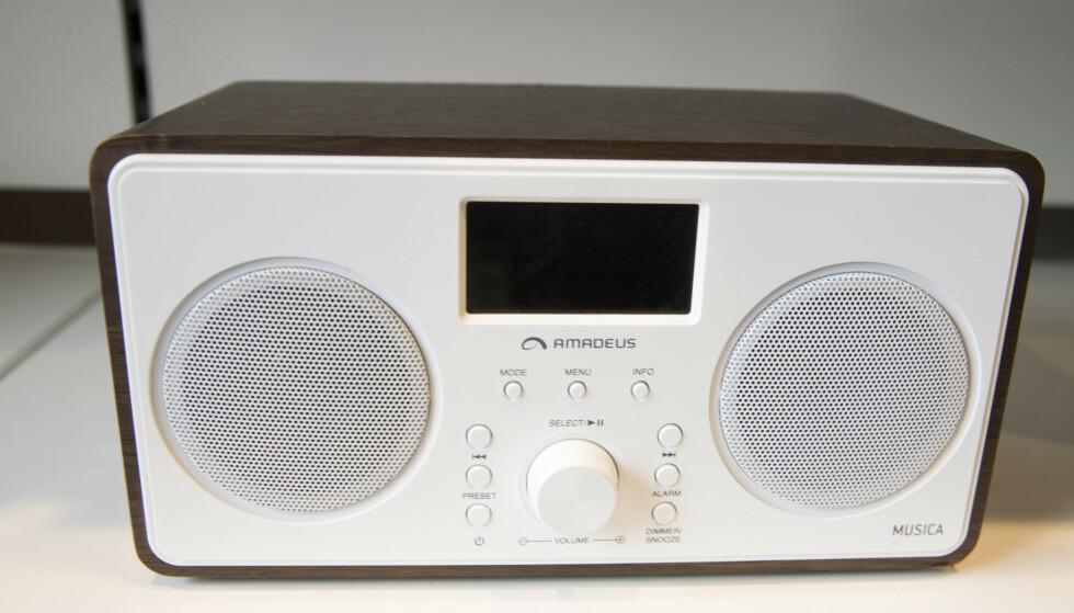 En dab-radio i en butikk i Oslo. Bare 3 prosent av lytterne bruker fortsatt FM-radio, ifølge en ny undersøkelse. Illustrasjonsfoto: Terje Bendiksby / NTB