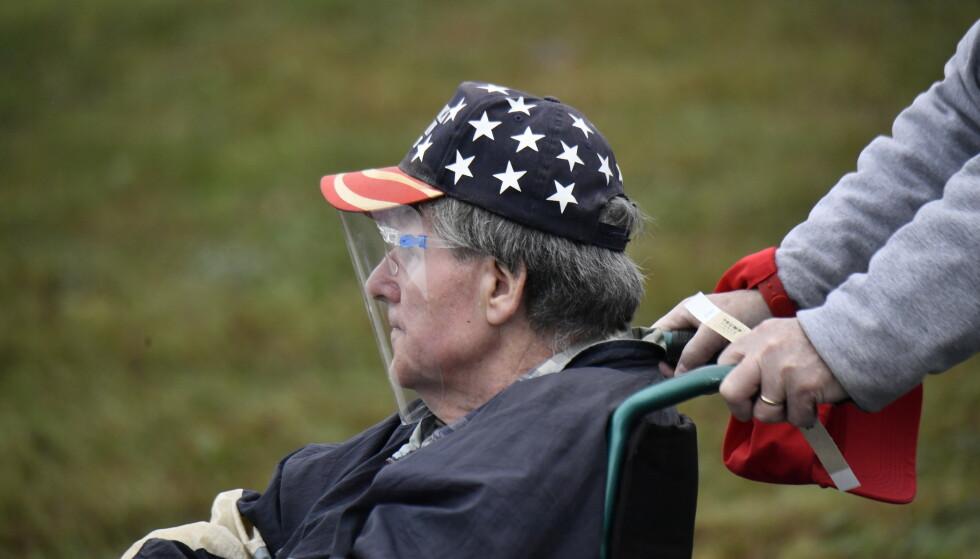 BESKYTTET: En mann i rullestol med maske foran ansiktet på Trump-folkemøtet i Lititz. Foto: Lars Eivind Bones / Dagbladet