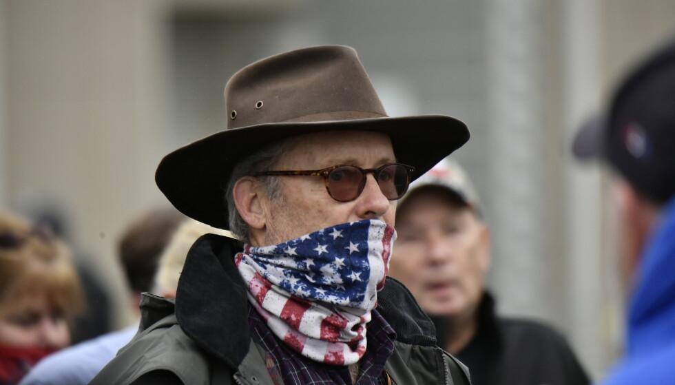 POLITISK: Munnbindet er blitt en politisk uttalelse i USA i 2020. Mange velger en variant med hals eller skjerf. Foto: Lars Eivind Bones / Dagbladet