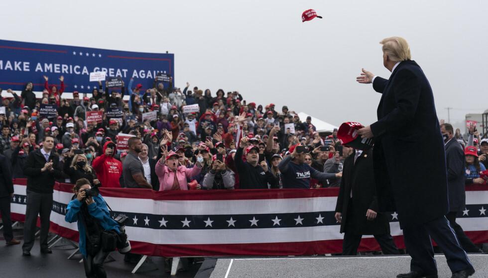 TETT I TETT: Tusenvis av mennesker var samlet til folkemøte i Lititz mandag. Her kastet Trump en caps ut til publikum. Foto: AP Photo/Alex Brandon/NTB