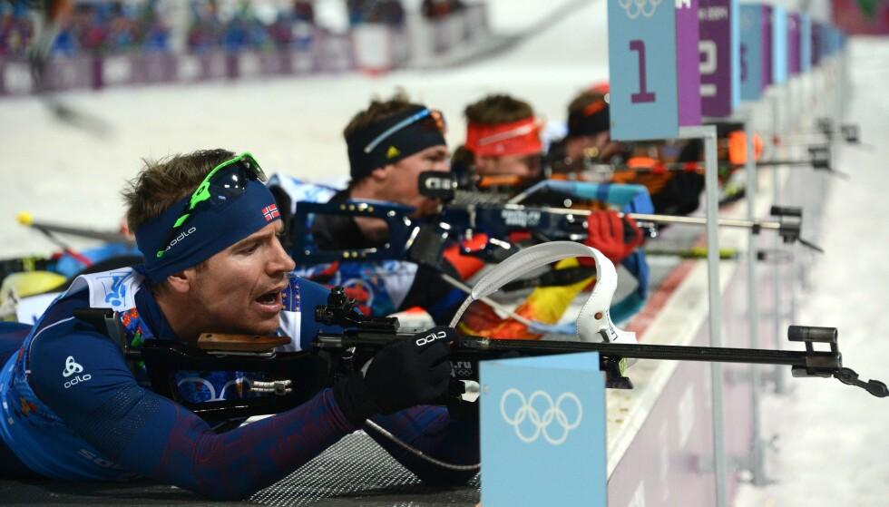 BRONSE LIKEVEL: Emil Hegle Svendsen mens han ennå hadde ok kontroll under OL-stafetten i Sotsji 2014. Der endte det med en sjelden kollaps på siste stående skyting for den norske stjernen. Russland vant, men i går kveld mistet de gullet etter en ny CAS-dom. Det betyr bronse til Emil og lagkameratene hans, samtidig som Norge ble beste nasjon totalt i disse vinterlekene med 11 gull, 5 sølv og 11 bronse. FOTO: AFP/ Kirill Kudryavtsev.