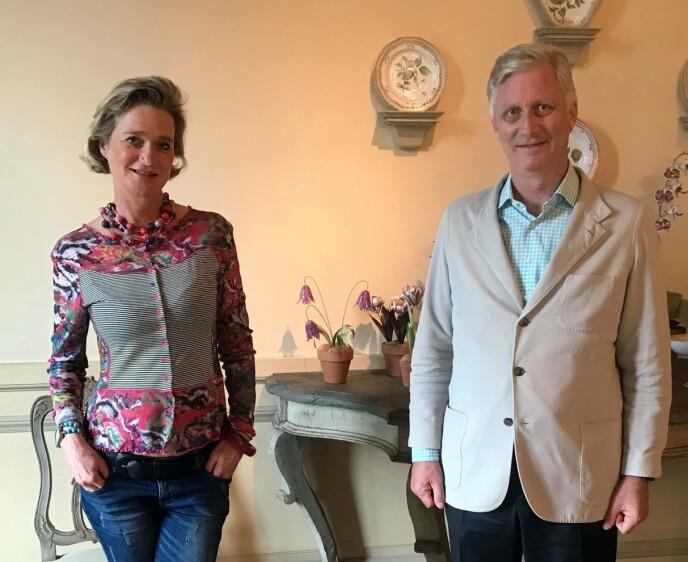 DETALJ MANGLER: Delphine Boël, nå prinsesse av Belgia, møtte landets kong Philippe i oktober . Da fikk en helt spesiell detalj i bildet av søskenparet oppmerksomhet. Foto: AFP / Det belgiske kongehuset / NTB
