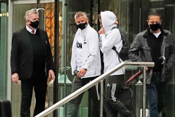 MED MUNNBIND: Ole Gunnar Solskjær på vei ut fra The Lowry Hotel, hotellet der United-spillerne pleier å overnatte før hjemmekampene. Foto: NTB
