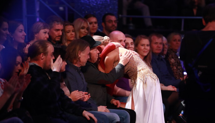FAMILIEN I PUBLIKUM: Etter dansen, som var dedisert til hennes avdøde venn, ga Sophie Elise en klem til de etterlatte. Foto: Thomas Reisæther/TV 2