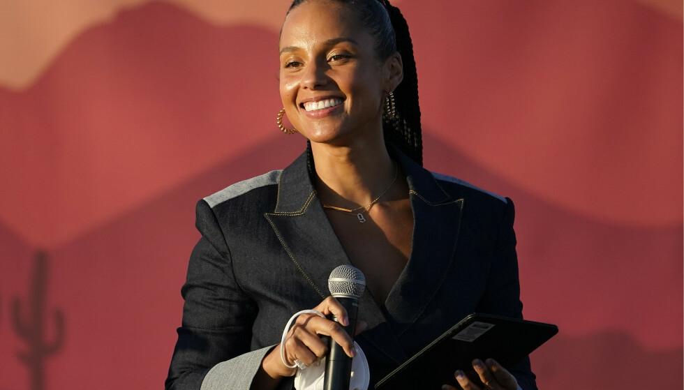 SUPERSTJERNE: Alicia Keys hold tale og introduserte visepresidentkandidat Kamala Harris. AP Photo/Matt York