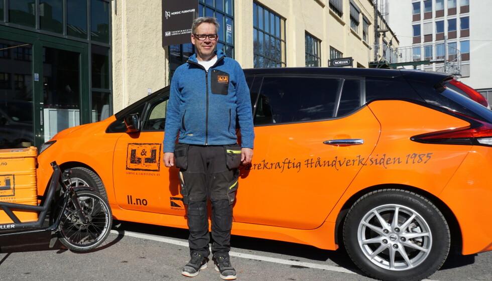 ELEKTRISK I FIRMAET: Også mange firmaer går nå over til elektriske biler for å spare penger og miljø. Lohne og Lauritzen A/S har byttet ut alle dieselbiler med elektriske, forteller Yngve Lohne. Foto: L&L
