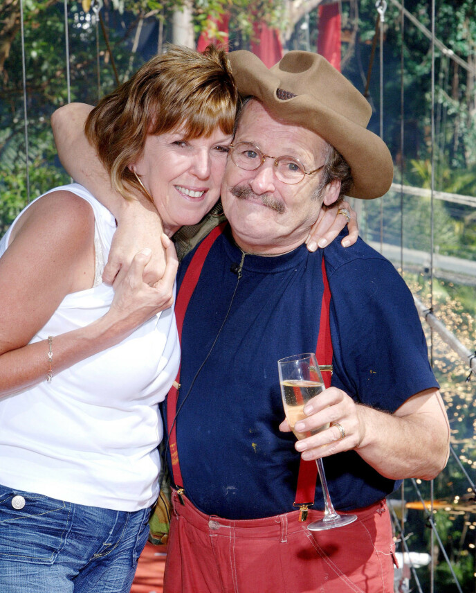 GIFT: Bobby Ball giftet seg med Yvonne Ball i 1971. Her er de to avbildet i 2005. Foto: Brian Cassey / REX / NTB