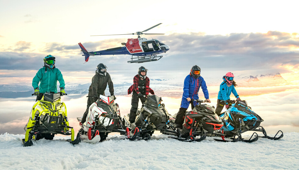 PÅ TOPPEN: Her ser vi noen av scooterkjørerne på toppen av Narvikfjellet før de setter utfor hoppkanten. Foto: Kjetil Jansen / TV 2