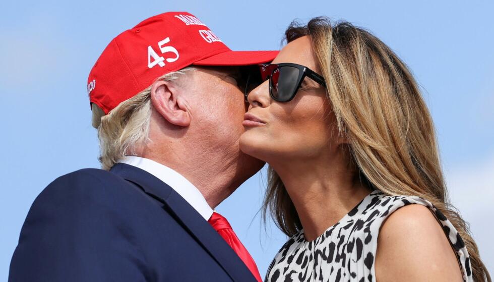 ADVARER: Torsdag gjorde Melania Trump comeback sammen med ektemannen i valgkampen. De har ikke opptrådt sammen på folkemøter siden juni. Trump hevder selv meningsmålingene er feil, men guru advarer nå mot målinger som ser bedre ut for presidenten. Foto: REUTERS/Jonathan Ernst/NTB