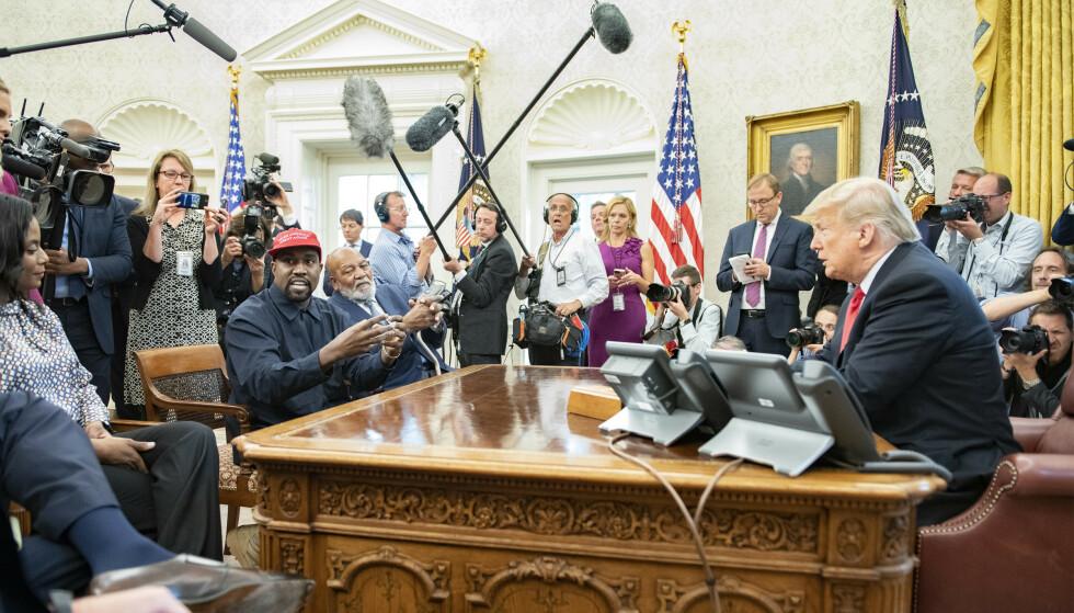 I DET HVITE HUS: Kanye West er ikke fremmed for Det ovale kontor, men kommer ikke til å bytte plass med nåværende president Donald Trump. Her i desember 2016. Foto: Splash News/NTB