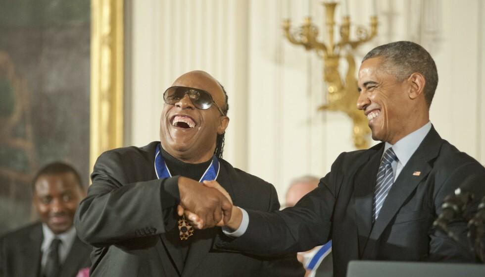 HJELPER TIL: Musikklegenden Stevie Wonder og tidligere president, Barack Obama, stiller opp sammen med demokratenes presidentkandidat i Joe Biden i valgkampinnspurten i Michigan. Foto: Patsy Lynch / REX / NTB