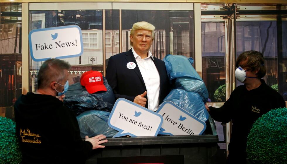 I SØPLA: Trumps voksfigur, samt skilt, søppelsekker og den ikoniske capsen ble slengt i søpla på Madame Tussauds i Berlin. REUTERS/Michele Tantussi
