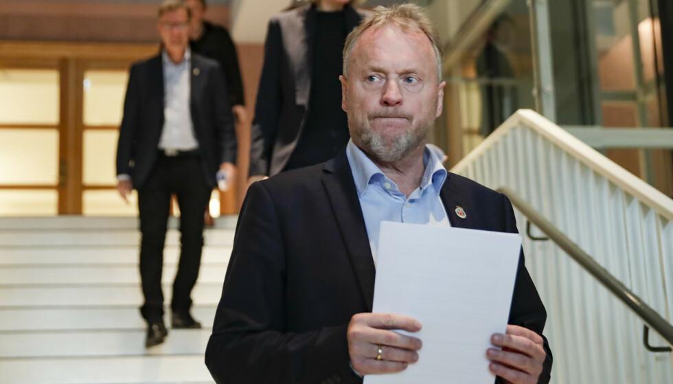 PRESSEKONFERANSE: Byrådsleder Raymond Johansen ankommer pressekonferanse i Oslo rådhus om koronasituasjonen i hovedstaden. Foto: Jil Yngland / NTB