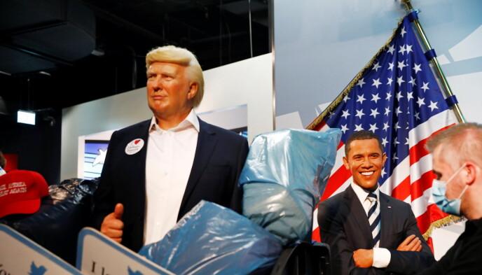 OBAMA: I bakgrunnen kan man se en smilende Obama, noe enkelte Twitter-brukere mener er hysterisk. Foto: Michele Tantussi/REUTERS/NTB