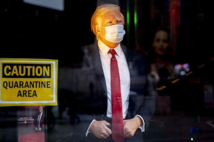 VINDUET: Donald Trump ble tidligere i oktober plassert i vindusutstillingen, som skulle fungere som et karanteneområde etter at han testet positivt for covid-19. Foto: Robin Utrecht/Shutterstock/NTB