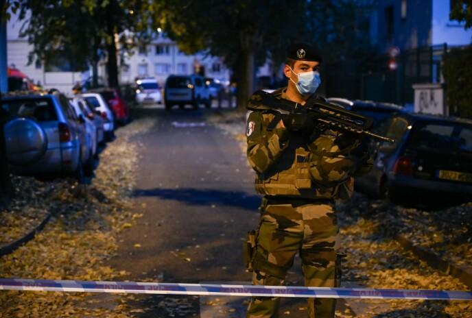 SKUDDANGREP: En fransk soldat holder vakt i Lyon, i nærheten av området der en ortodoks prest ble skutt lørdag kveld. Foto: AFP / NTB