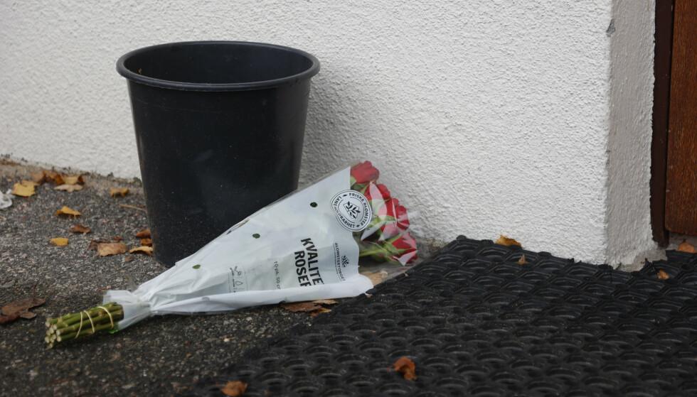 BLOMSTER: Fler er i sorg etter drapet. Foto: Tor Erik Schrøder / NTB
