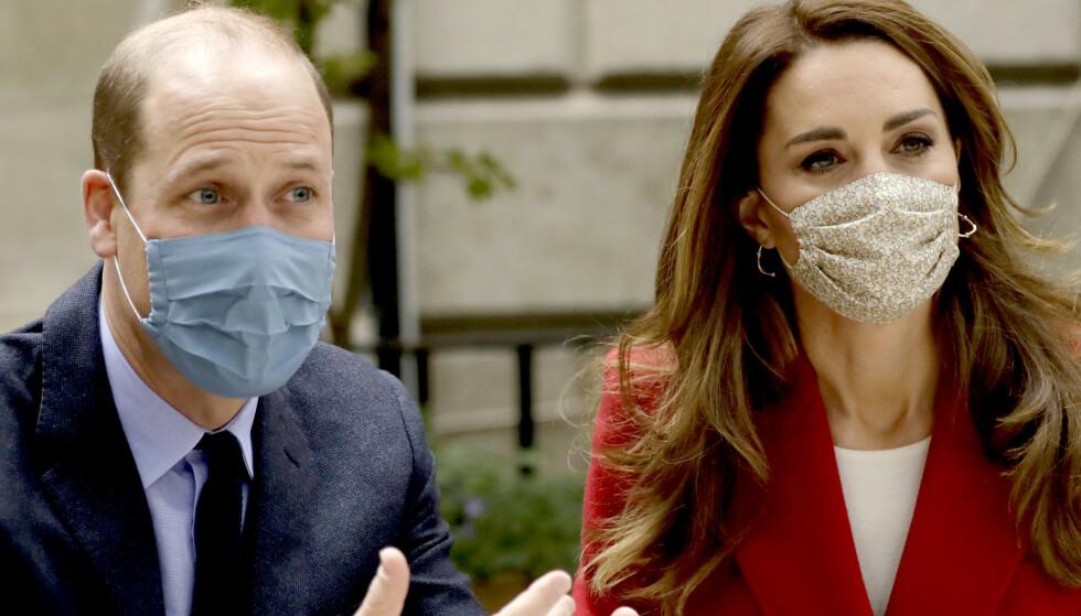 COVID-19: Ifølge BBC var prins William smittet med coronaviruset i april. Her sammen med hertuginne Kate da de besøkte sykehuset St. Bartholomews i London i oktober. Foto: AFP/NTB