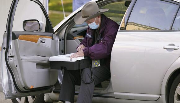 DRIVE-THROUGH: En eldre velger avlegger stemmen i bilen sin utenfor Richardson rådhus tirsdag 31. oktober i Richardson, Texas. Foto: LM Otero / AP