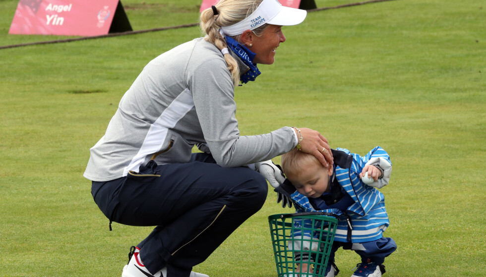 MOR PÅ GREENEN: Suzann Pettersen med sønnen Herman i hennes livs siste golfturnering i fjor. Foto: NTB