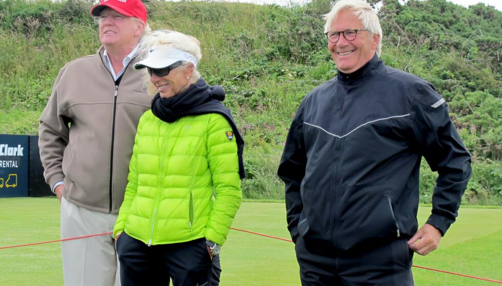 MOR, FAR OG TRUMP: Suzanns mor Mona og far Aksel Pettersen sammen med den daværende presidentkandidaten Donald Trump da foreldrene overvar Suzanns spill i British Open i 2015. Foto: NTB
