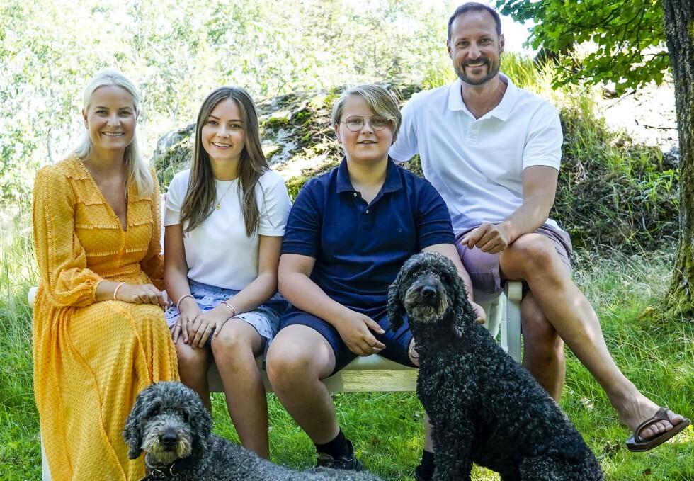 VIKTIGE FAMILIEMEDLEMMER: Hundene Milly Kakao (t.v.) og Muffins Kråkebolle blir stadig fotografert med kronprinsfamilien. Her i sommer på Dvergsøya utenfor Kristiansand. Foto: Lise Åserud / NTB