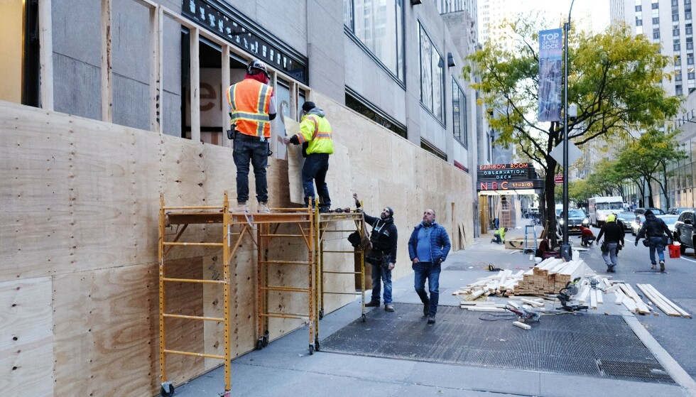 FORBEREDER SEG: En rekke butikker har barrikadert vinduer mot gateplan i frykt for opptøyer etter valget i New York. Foto: Stephen Lovekin / Shutterstock / NTB