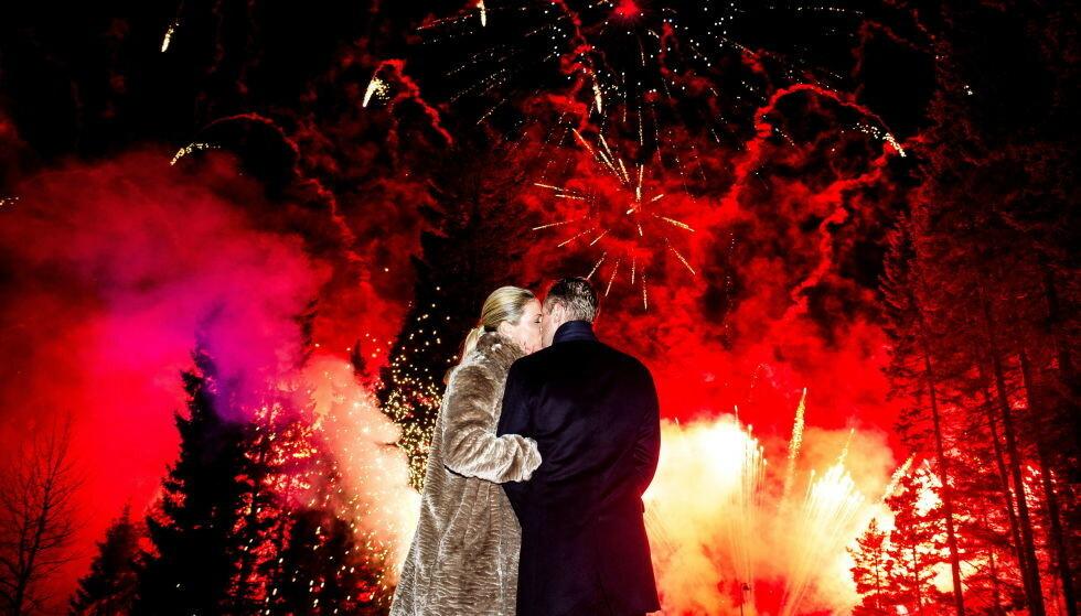 I FYR OG FLAMME: Fyrverkeriet lyste opp Holmenkollen etter at de to ble viet. Foto: John Terje Pedersen