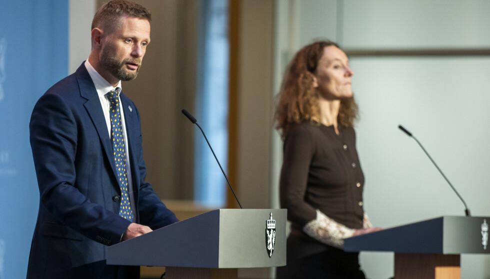 KAN MISTE KONTROLLEN: Helse- og omsorgsminister Bent Høie og FHI-direktør Camilla Stoltenberg advarte om at Norge står i fare for å miste kontrollen, om smitteutviklingen fortsetter. Foto: Terje Pedersen / NTB