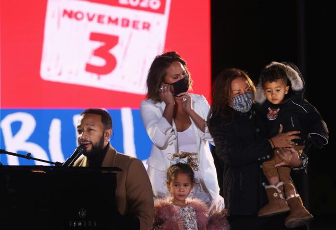 VIKTIG BUDSKAP: John og Chrissy ønsker å lære barna sine om demokrati og hadde dem med seg til Philadelphia mandag. Foto: Jonathan Ernst/Reuters/NTB