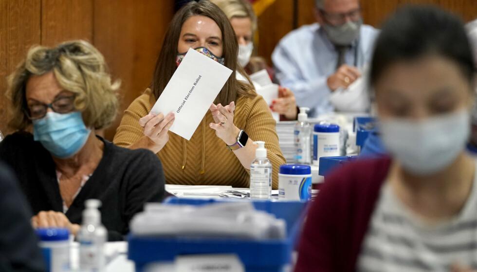 En valgmedarbeider åpner en poststemme i Harrisburg, Pennsylvania. Foto: Julio Cortez / AP / NTB