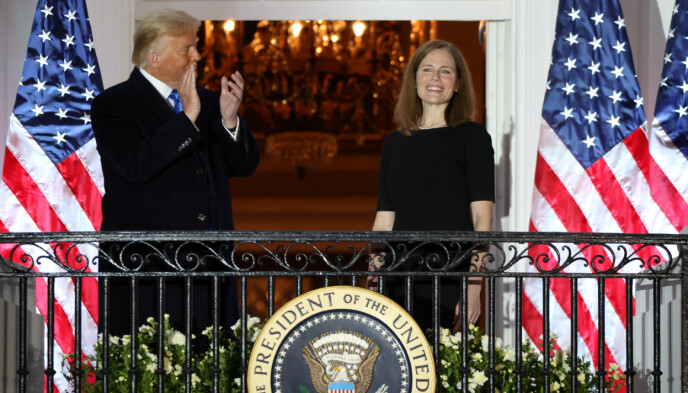NY DOMMER: Donald Trump og Amy Coney Barrett avbildet utenfor Det hvite hus i oktober, etter at Barrett hadde avlagt ed som høyesterettsdommer. Barrett var øverst på ønskelista til Trump, for å overta det ledige setet i Høyesterett. Foto: Jonathan Ernst / Reuters / NTB
