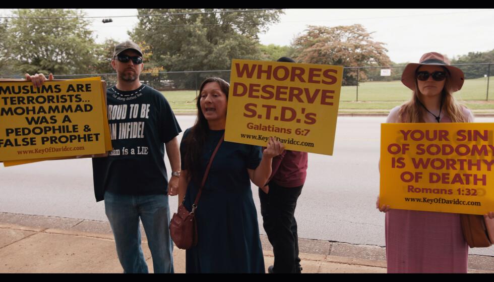 DEMONSTRERER HVER DAG: Hver dag holder demonstranter opp skilt og skriker ukvemsord til alle som går inn og ut av abortklinikken i Alabama. Foto: Fuuse fra filmen Abortkrigen