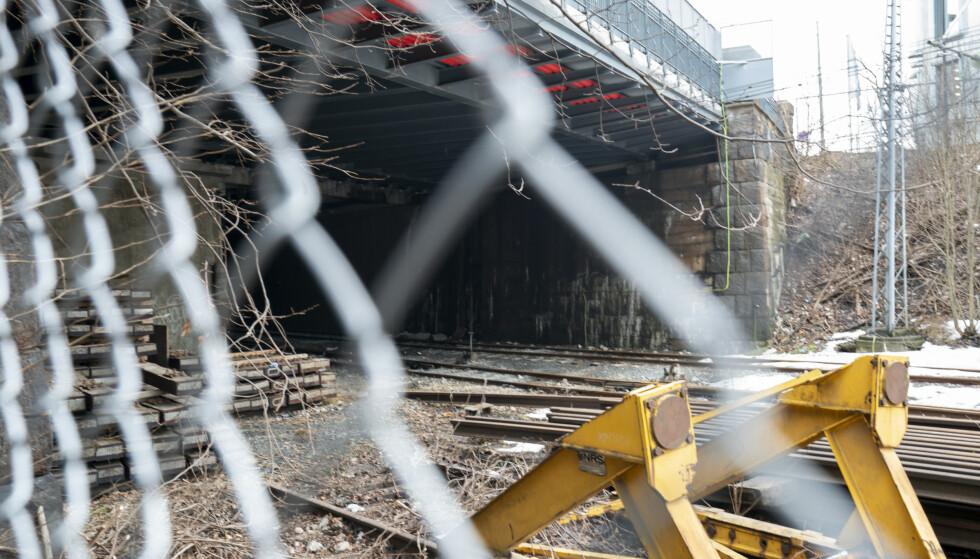 Oslo: En gutt født i 2003 er omkommet, mens en jente og en gutt født samme år er kritisk skadde etter at de tok seg inn i en togtunnel ved Filipstad i Oslo og kom i kontakt med en strømførende kilde. De tre ungdommene klatret trolig over gjerdet ned til toglinja. Foto: Heiko Junge / NTB