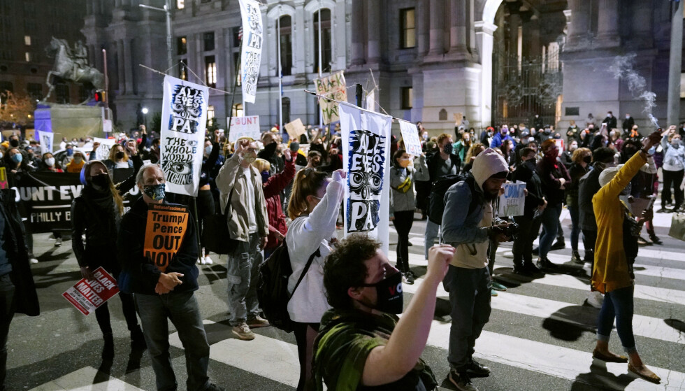 MARSJERER I GATENE: Demonstranter utenfor rådhuset i Philadelphia onsdag ettermiddag. Foto: Matt Slocum / AP / NTB
