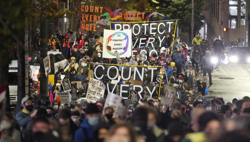 STORE FOLKEANSAMLINGER: Demonstranter i gatene i Seattle onsdag kveld. Foto: Ted S. Warren / AP / NTB