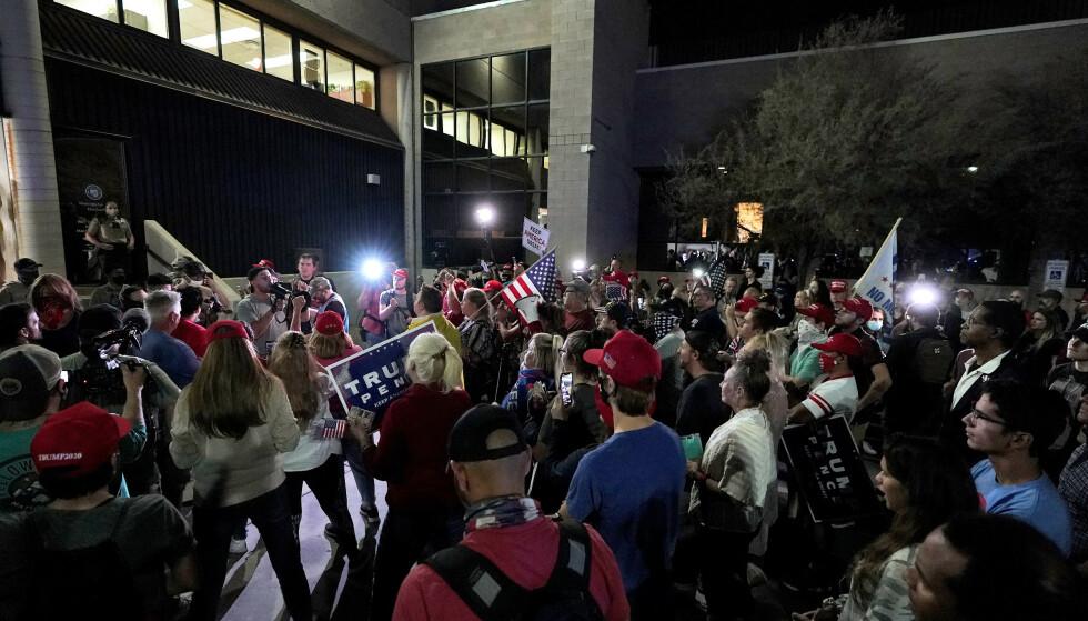 ARIZONA: En stor gruppe demonstranter har samlet seg utenfor valglokalet i Phoenix, Arizona. Foto: Matt York/AP/NTB