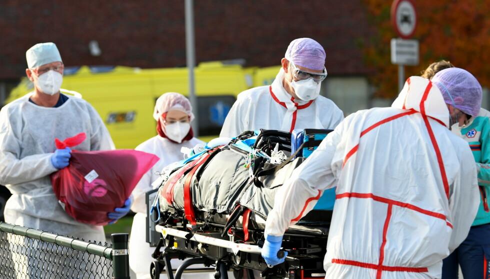PÅ BRISTEPUNKTET: I Nederland er intensivavdelingene nå så fulle av coronapasienter at flere av dem blir sendt til Tyskland for å avlaste sykehusene. Foto: Piroschka van de Wouw / Reuters / NTB