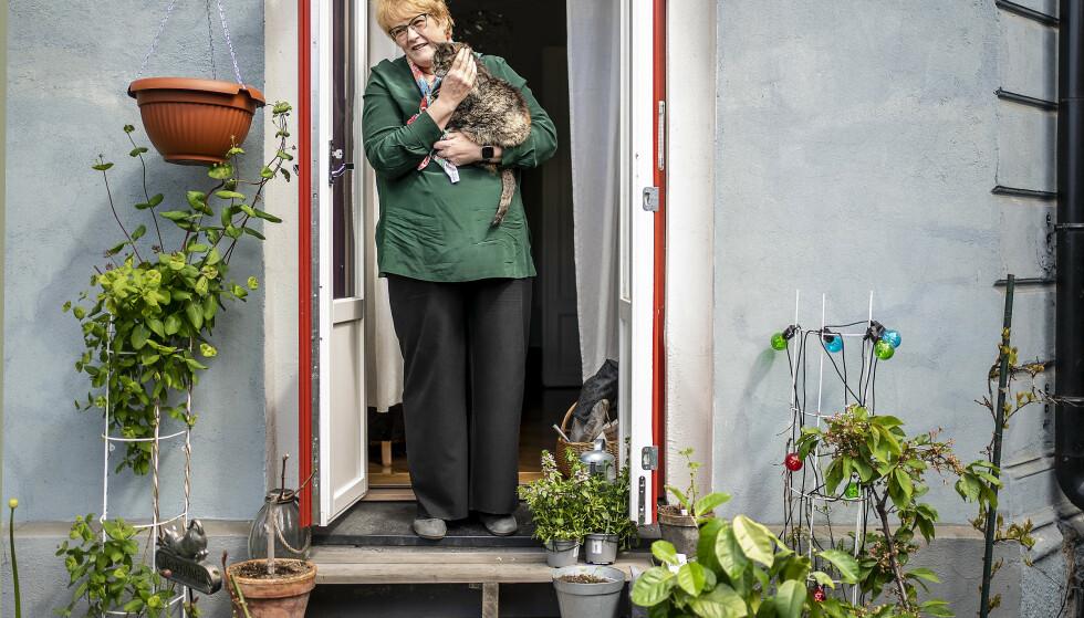 NY BOK: Trine Skei Grande gikk av som Venstre-leder tidligere i år etter ti år. Nå er hun aktuell med bok. Her er hun hjemme på trammen i Gamlebyen i Oslo med katten Esmeralda. Foto: Hans Arne Vedlog / Dagbladet