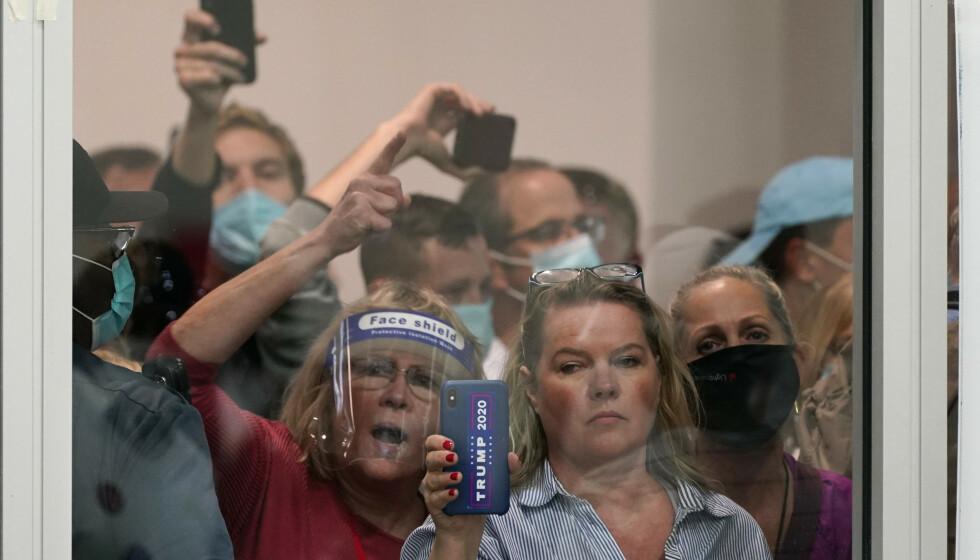 Støttespillere av USAs president Donald Trump demonstrerte utenfor et opptellingslokale i Detroit i Michigan. De var sinte og ville stanse stemmeopptellingen. Foto: Carlos Osorio / AP / NTB