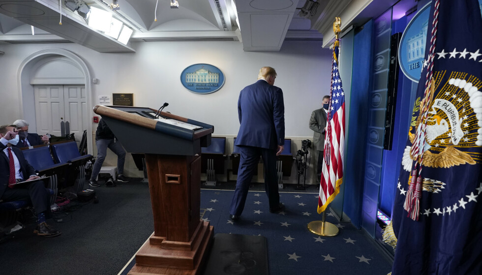 Donald Trump forlater podiet etter å ha holdt en tale i Det hvite hus der han kom med nye og udokumenterte påstander om valgfusk. Foto: Evan Vucci/AP/NTB