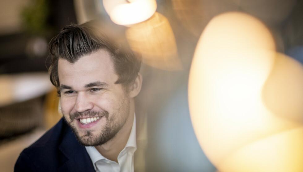 LER AV DET: Magnus Carlsen deler en historie fra VM i 2012 i podkasten «Må på behandling». Foto: NTB