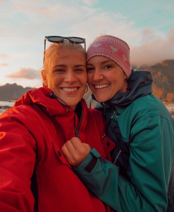 KJÆRESTER: Influenserparet Camilla Lorentzen (t.h.) og Julie Visnes fra Tønsberg har vært i et forhold siden juni. Her er de avbildet sammen på fjelltur. Foto: Privat