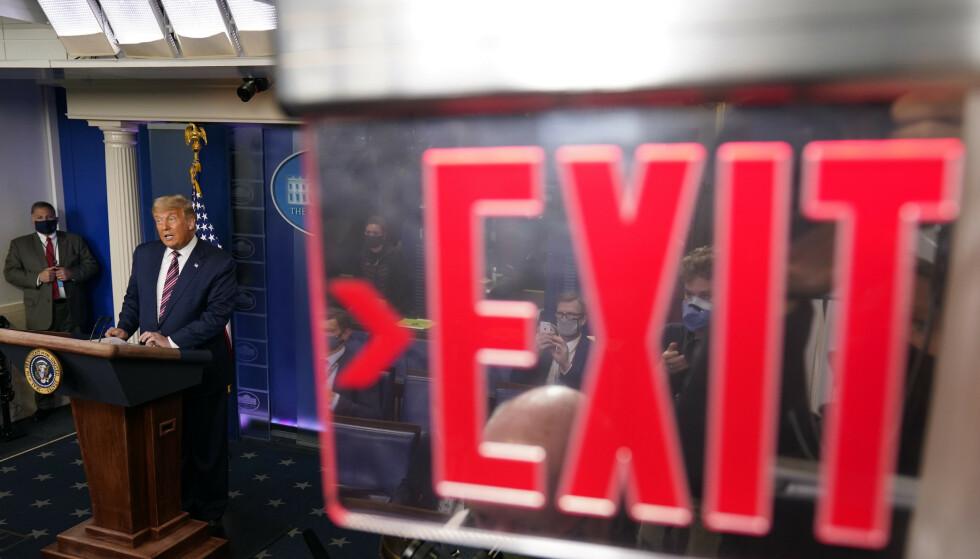 EXIT: Fire år med ei realitystjerne i Det kvite hus var nok for det amerikanske folket, skriver innsenderen. Foto; Evan Vucci / AP / NTB