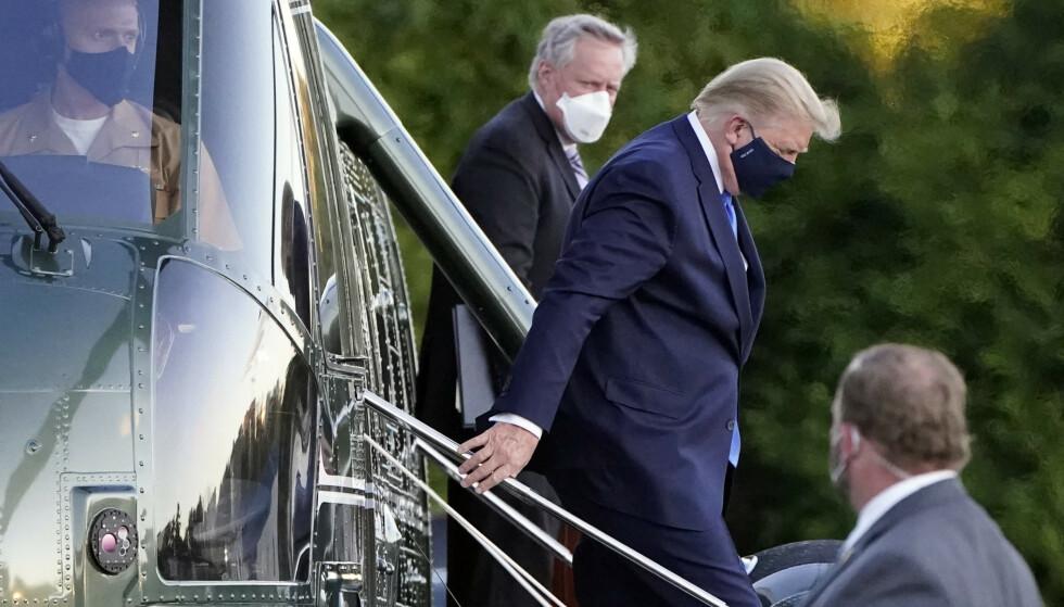 STABSSJEF: En da coronasyk president ankommer Walter Reed militærsykehus 2. oktober, sammen med sin stabssjef Mark Meadows. Foto: AP Photo/Jacquelyn Martin.