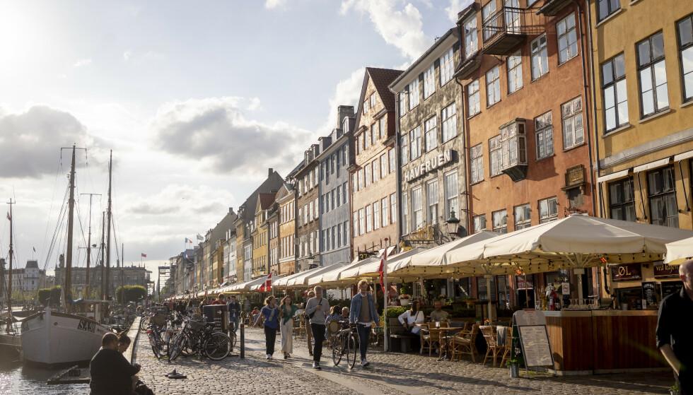 HOLDNINGSENDRING: Ifølge en fersk studie er danskenes holdninger til landets coronastrategi endring. Her fra Nyhavn i København sentrum i fjor sommer. Foto: Fredrik Hagen / NTB
