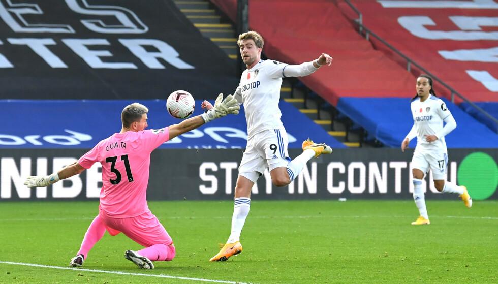 ANNULLERT SCORING: Patrick Bamford satte ballen i mål, men var i offside. Etterpå satte han ballen i mål igjen - godkjent denne gang. Foto: NTB
