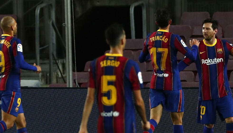 Lionel Messi og lagkameratene feirer 4-2-scoringen mot Betis. Kampen endte 5-2. Foto: Joan Monfort / AP / NTB